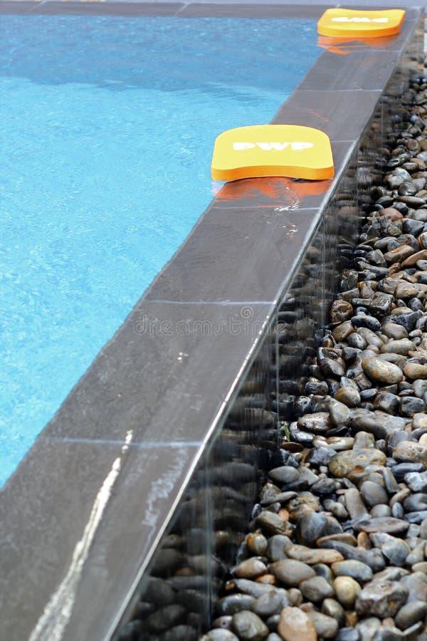 Download Kickboard dans la piscine photo stock. Image du boucle - 45369214