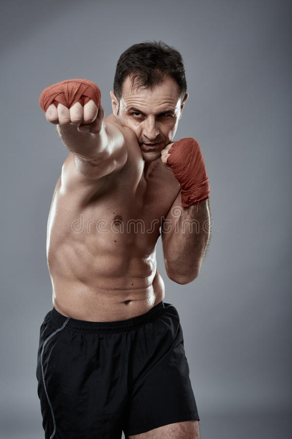Kickbox-Kämpfer auf grauem Hintergrund lizenzfreie stockfotos