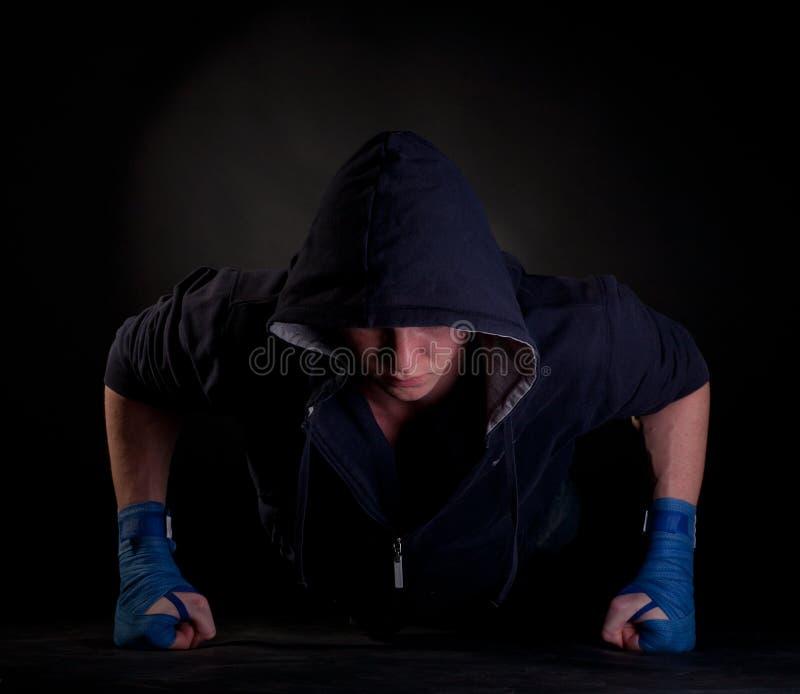 Kickboxer, das Push-up auf seinen Fäusten tut lizenzfreie stockbilder