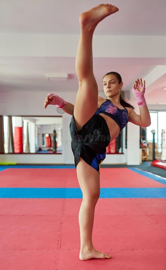 Kickboxer girl schaduwboksen stock afbeeldingen