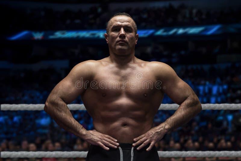Kickboxer profesional en el anillo del entrenamiento foto de archivo libre de regalías
