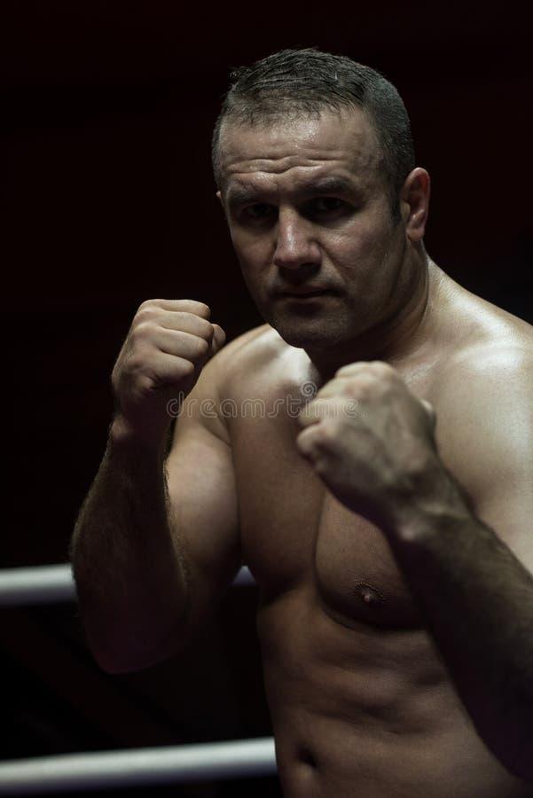 Kickboxer profesional en el anillo del entrenamiento fotografía de archivo