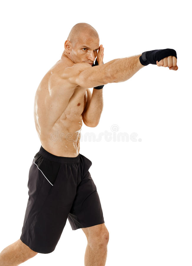 Kickboxer très adapté poinçonnant sur le blanc image stock