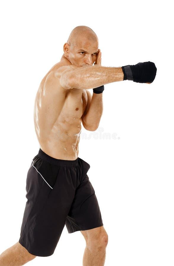 Kickboxer très adapté poinçonnant sur le blanc images stock