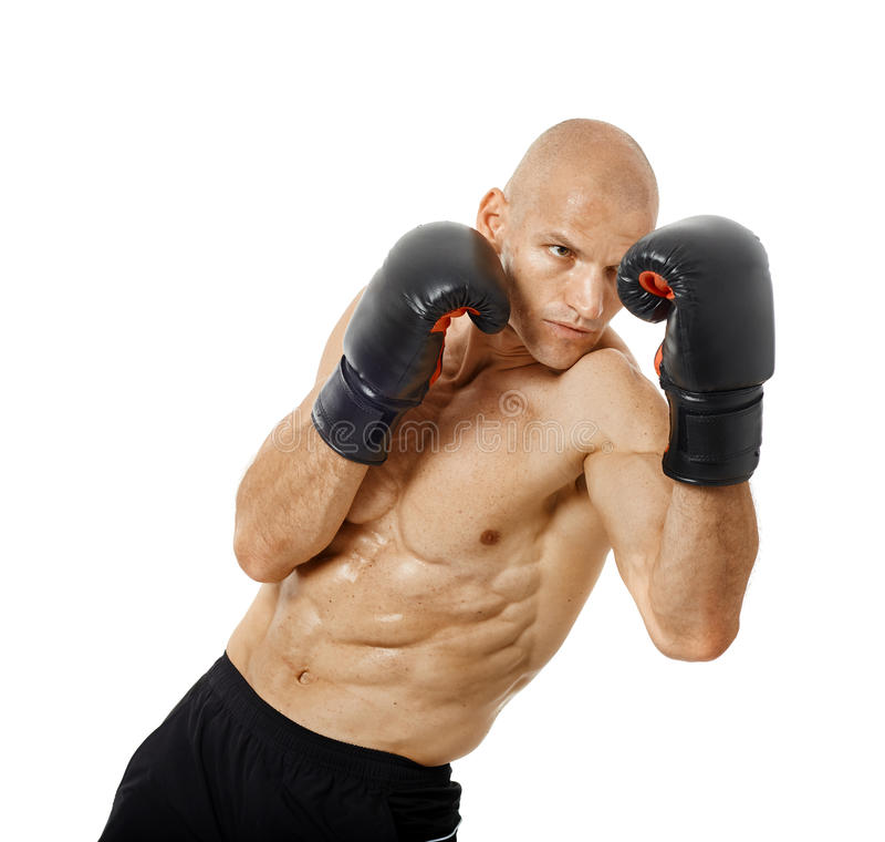 Kickboxer très adapté poinçonnant sur le blanc photographie stock