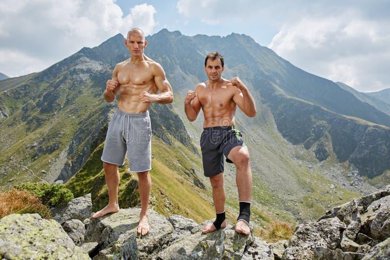 Kickboxers或训练在山的泰拳战斗机 库存图片