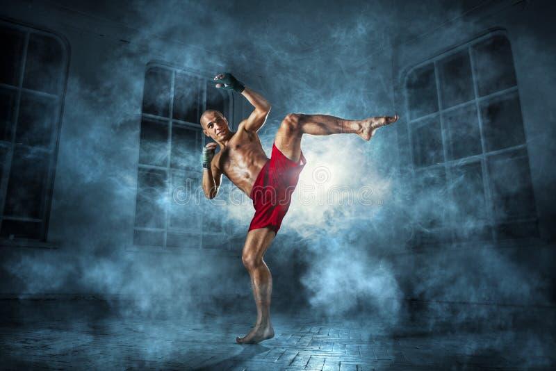 kickboxing年轻的人 免版税库存照片