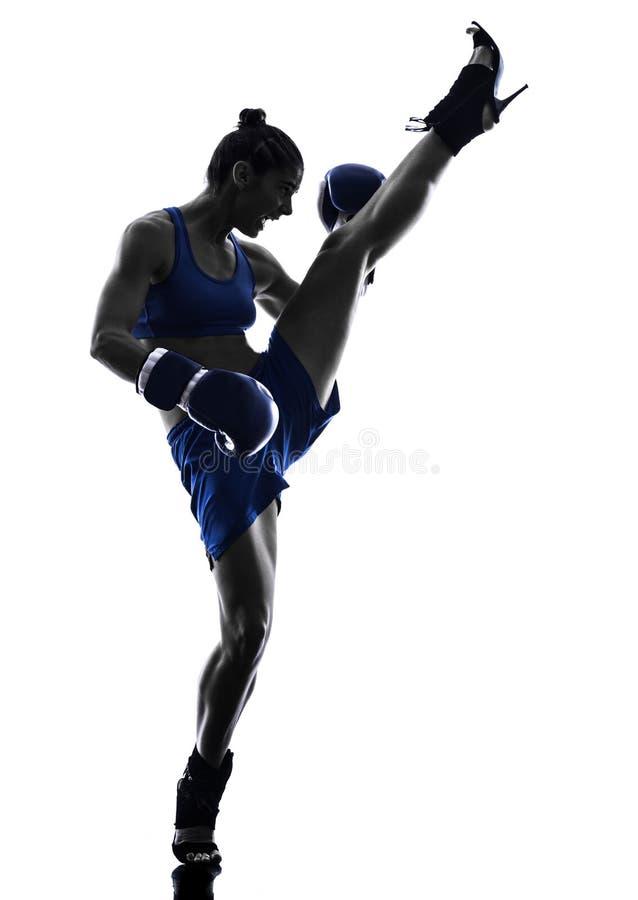 Kickboxing Schattenbild des Frauenboxer-Verpackens lokalisiert stockfotos