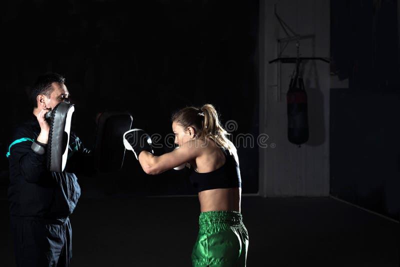 Kickboxing vrouwelijke opleiding royalty-vrije stock afbeeldingen