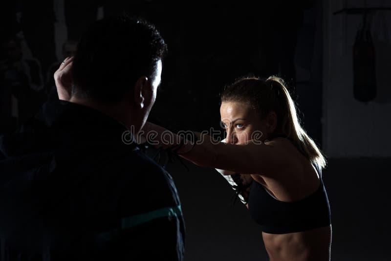 Kickboxing vrouwelijke opleiding stock foto