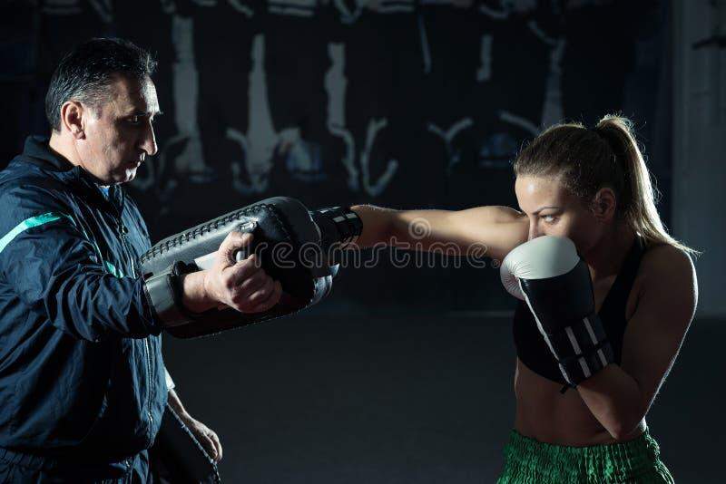 Kickboxing vrouwelijke opleiding stock fotografie