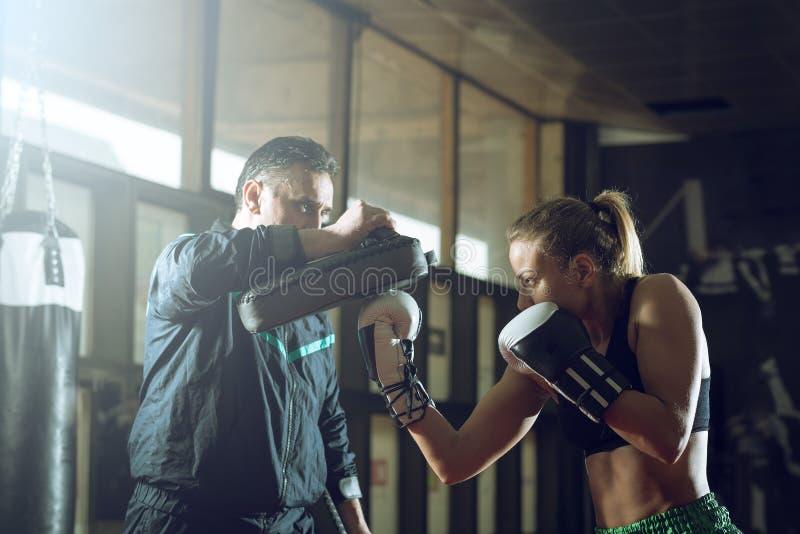 Kickboxing vrouwelijke opleiding stock afbeelding