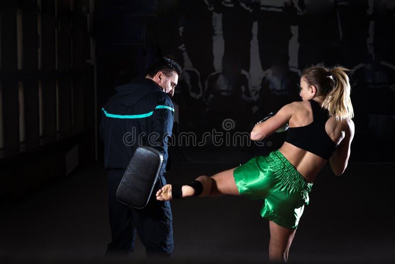 Kickboxing vrouwelijke opleiding stock foto's