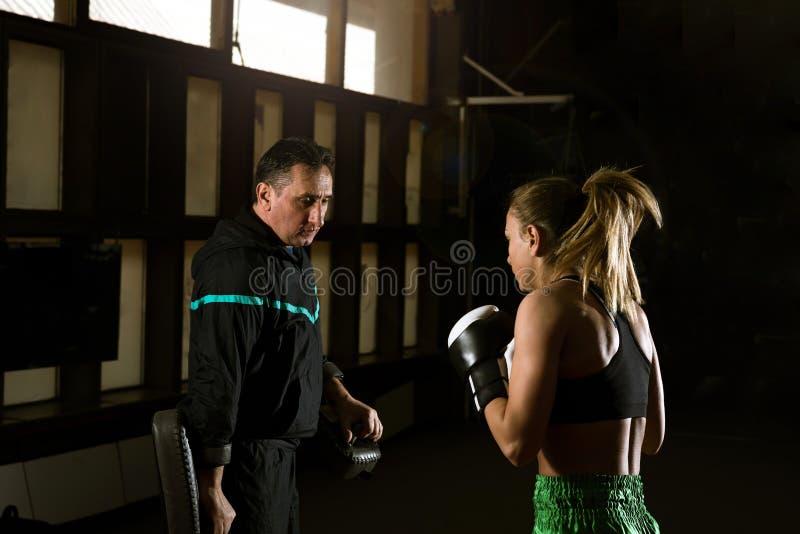 Kickboxing vrouwelijke opleiding royalty-vrije stock foto's
