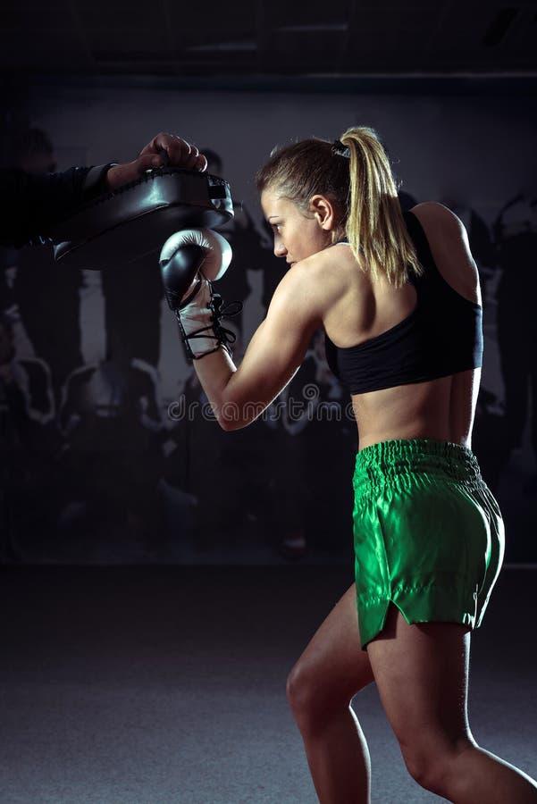 Kickboxing vrouwelijke opleiding royalty-vrije stock fotografie
