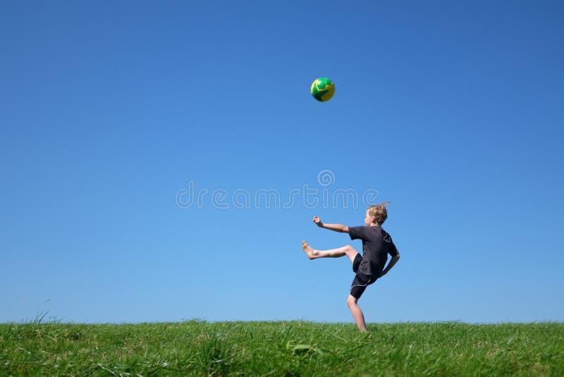 kicking fotografie stock