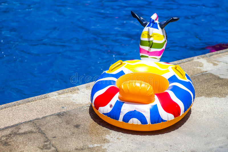 KidÂs Floater på en pöl royaltyfri foto