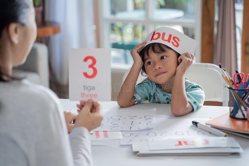 Kid enjoy learning number and word using flashcard royalty free stock photography