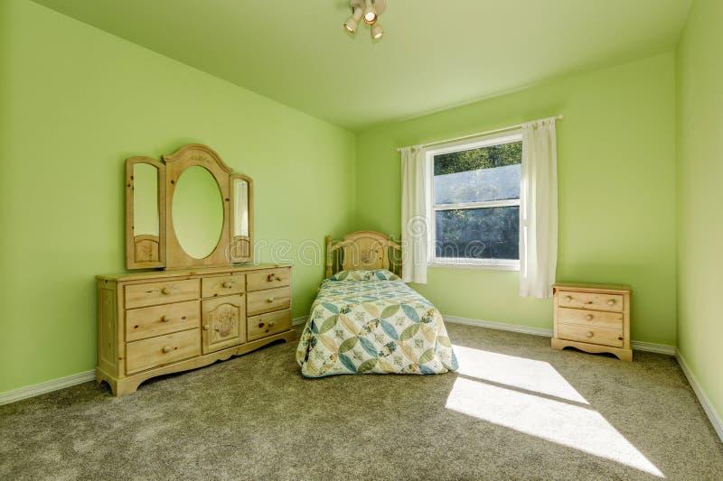 Kid& verde x27; dormitorio de s con muebles tallados de madera y alfombra gris imagenes de archivo