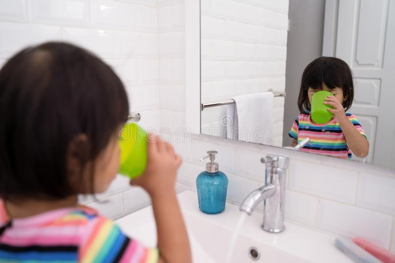 Kid wash her mouth or gargle royalty free stock photos