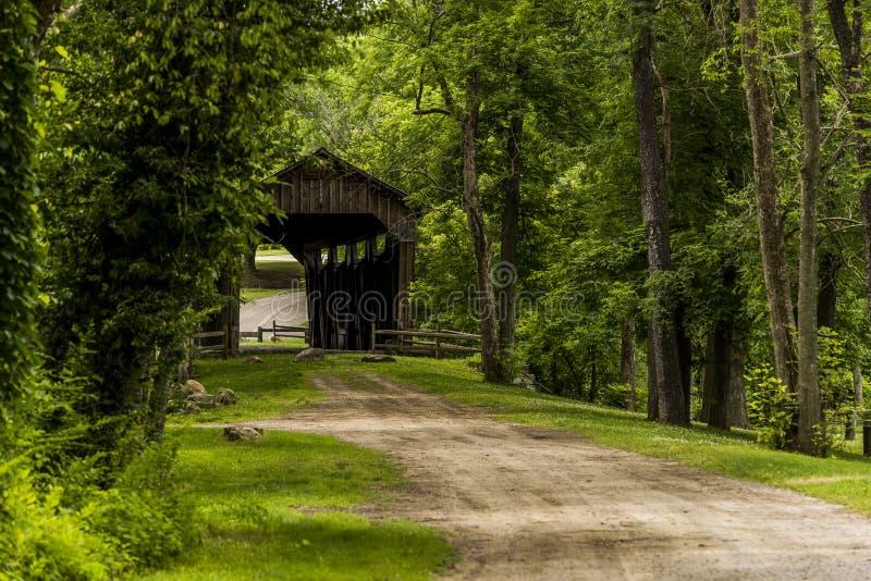 Kidd ` s磨房被遮盖的桥和土路在宾夕法尼亚 免版税库存照片