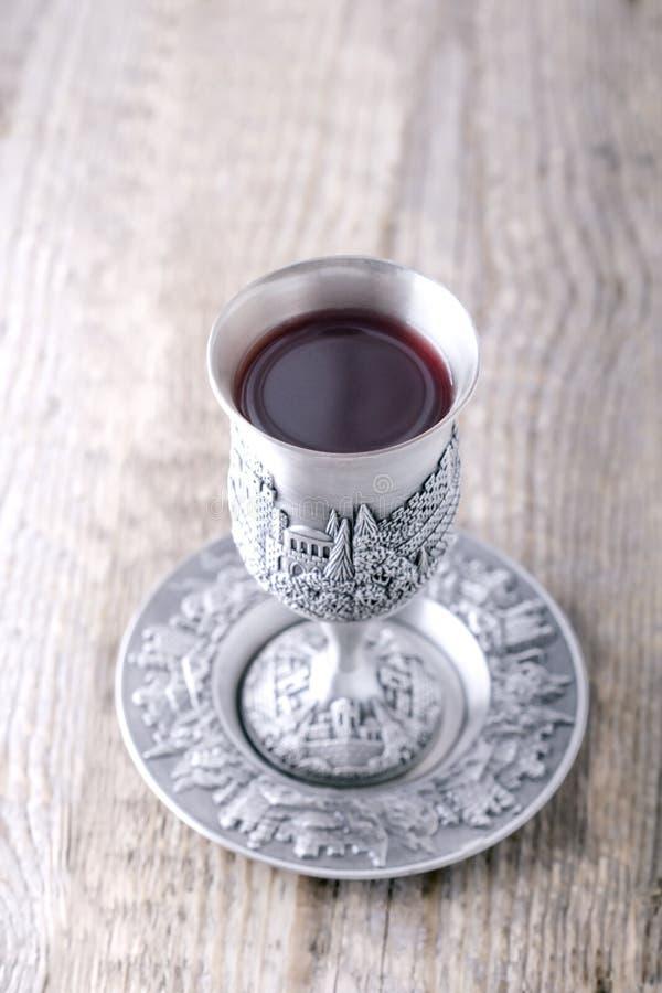 Kiddush-Schale mit Wein stockfoto