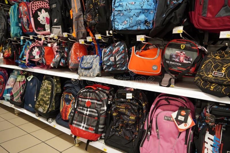 Kids School, sacos de almoço em diferentes cores, designs, formas e tamanhos em exposição em uma loja de varejo New Back to Schoo imagens de stock