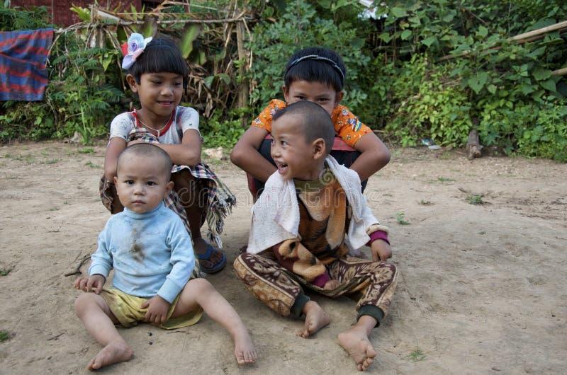 Kidsplaying in het dorp stock fotografie