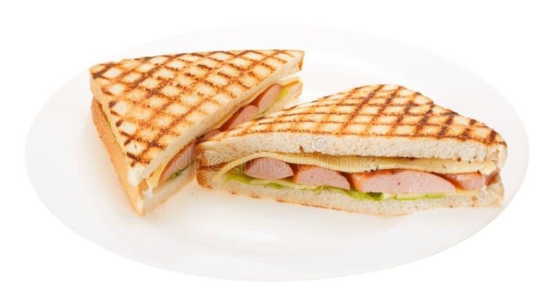Kiełbasa piec na grillu serowa kanapka na talerzu Odizolowywający na białych półdupkach fotografia stock