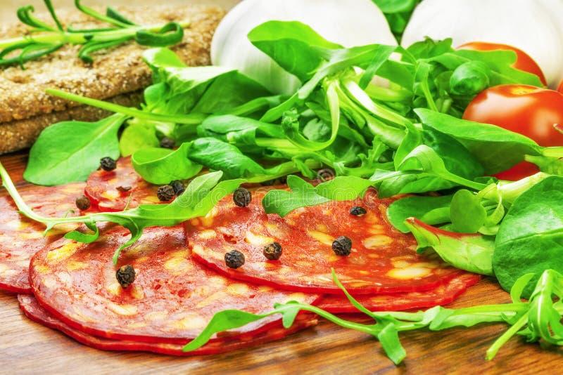 Kiełbasa z sałatą, pomidor, czosnek zdjęcie stock