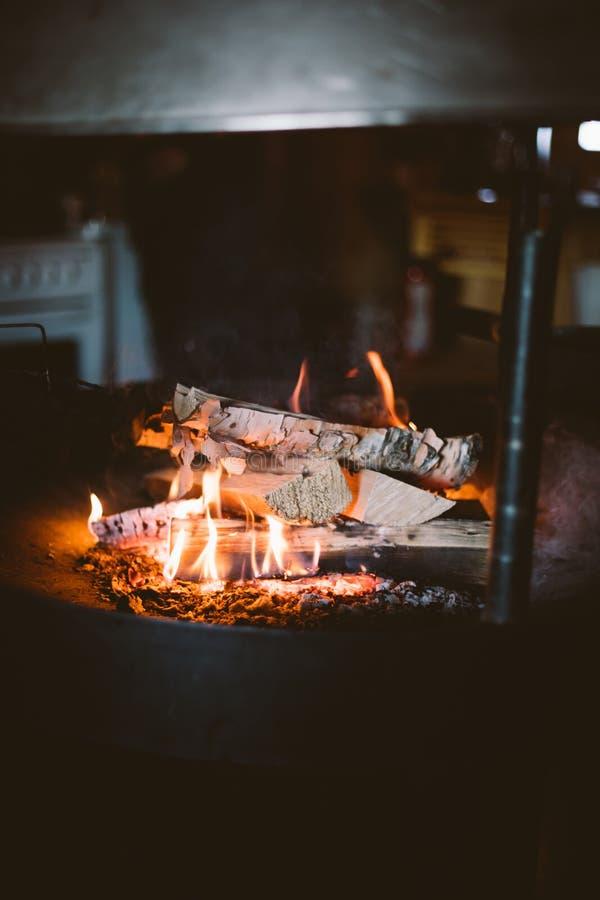 Kiełbasy nad obozują ogień obraz royalty free