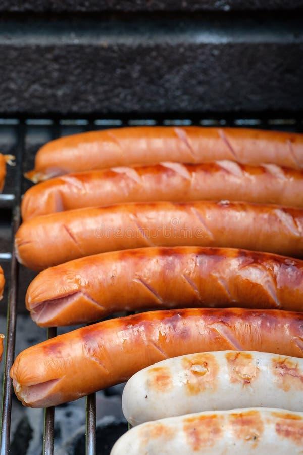 Kiełbasy piec na grillu zdjęcia royalty free