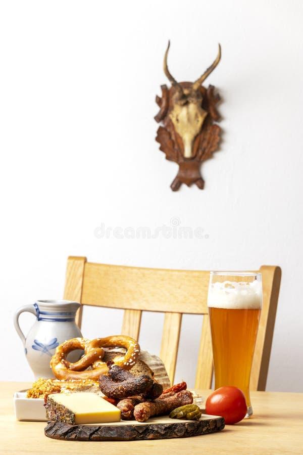 Kiełbasy z serem i piwem zdjęcia stock