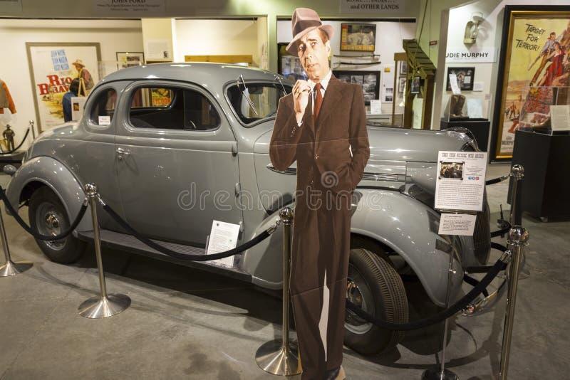 Kiefern-Film-Geschichtsmuseum Humphrey Bogarts und des Plymouth-Paar-Autos einziges lizenzfreies stockbild