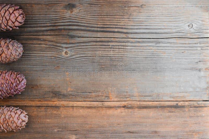 Kiefernkegel auf altem hölzernem Hintergrund mit Kopienraum stockfoto