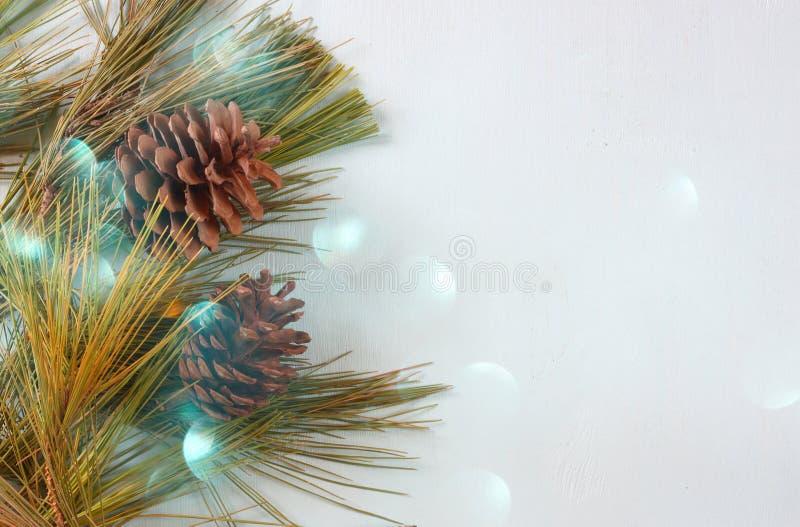 Kiefernkegeldekoration für Weihnachten- und Feiertag bokeh beleuchtet lizenzfreie stockbilder