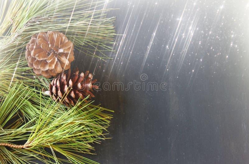 Kiefernkegeldekoration für Weihnachten- und Feiertag bokeh beleuchtet stockfoto
