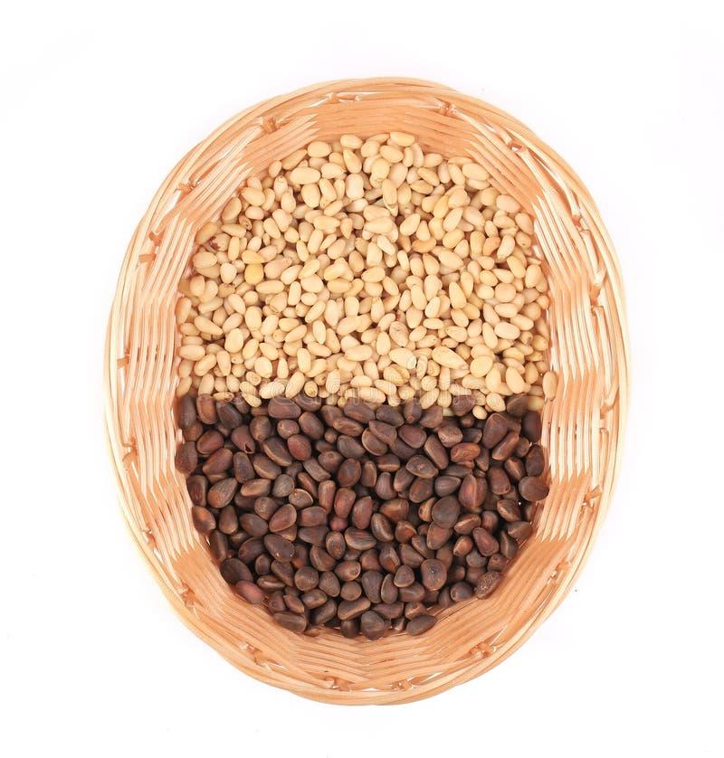 Kiefernnüsse im Weidenkorb lizenzfreies stockfoto