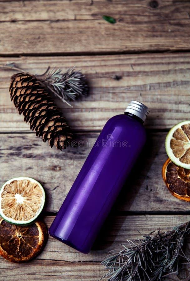 Kiefernpampelmusenshampoo auf hölzernem Hintergrund Organisch und Naturkosmetik für gesundes und schönes Haar lizenzfreie stockbilder