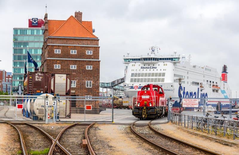 KIEL, ALEMANHA - 1º DE JUNHO: Estrada de ferro em Kiel Seaport o 1º de junho de 2014 foto de stock