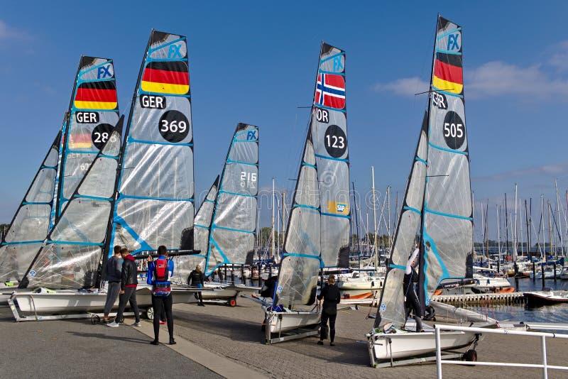 Kiel, Alemania - 9 de septiembre de 2018 - varios botes de 49er FX en la orilla con su equipo después de entrenar imagen de archivo