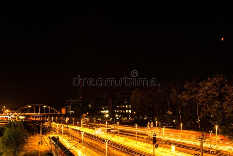 Kiel, Niemcy 28th Wrzesień, 2015 wrażeń Wrzesień krwionośna księżyc błyszczy nad stolicą kraju Holstein, zdjęcie stock