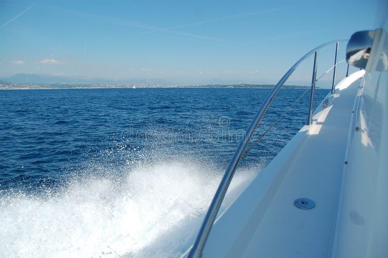 Kielzog aan de kant van snelheidsboot stock foto's