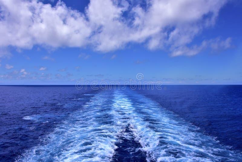 Kielzog achter een cruiseschip stock afbeeldingen