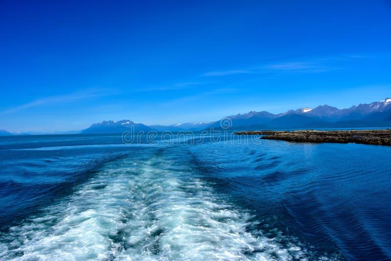 Kielzog achter Schip in Juneau Alaska stock foto's