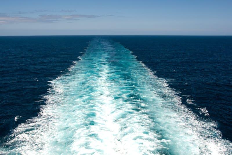 Kielzog in de Oceaan stock afbeelding