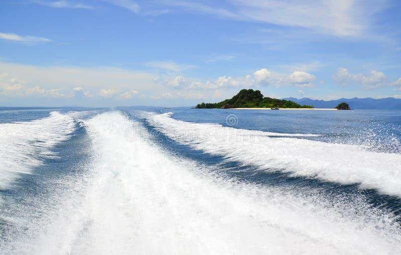 Kielzog door van het cruiseschip of spoor staarten van snelheidsboot wordt veroorzaakt op water dat stock foto