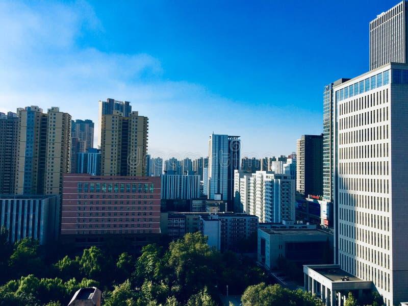 Kielzog omhoog in de ochtend, die rijen van keurig geschikte lange gebouwen in het stadscentrum zien van Shenyang stock afbeelding