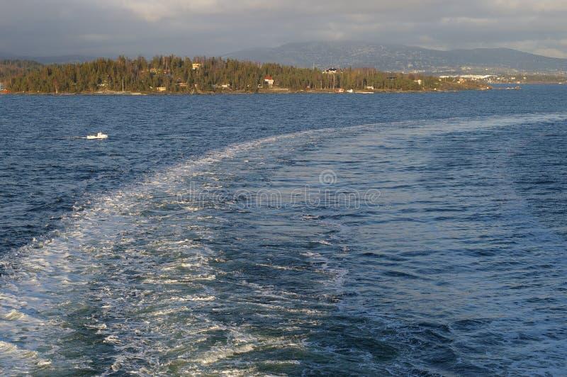 Kielzog van een Schip dat Oslo verlaat stock foto's