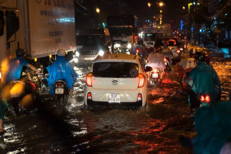 Kien Giang, Vietnam - 6 Dec, 2016: Overstroomde straat op Aziatische stad na zware regen bij nacht in Rach-Gia stad, Zuid-Vietnam stock foto's